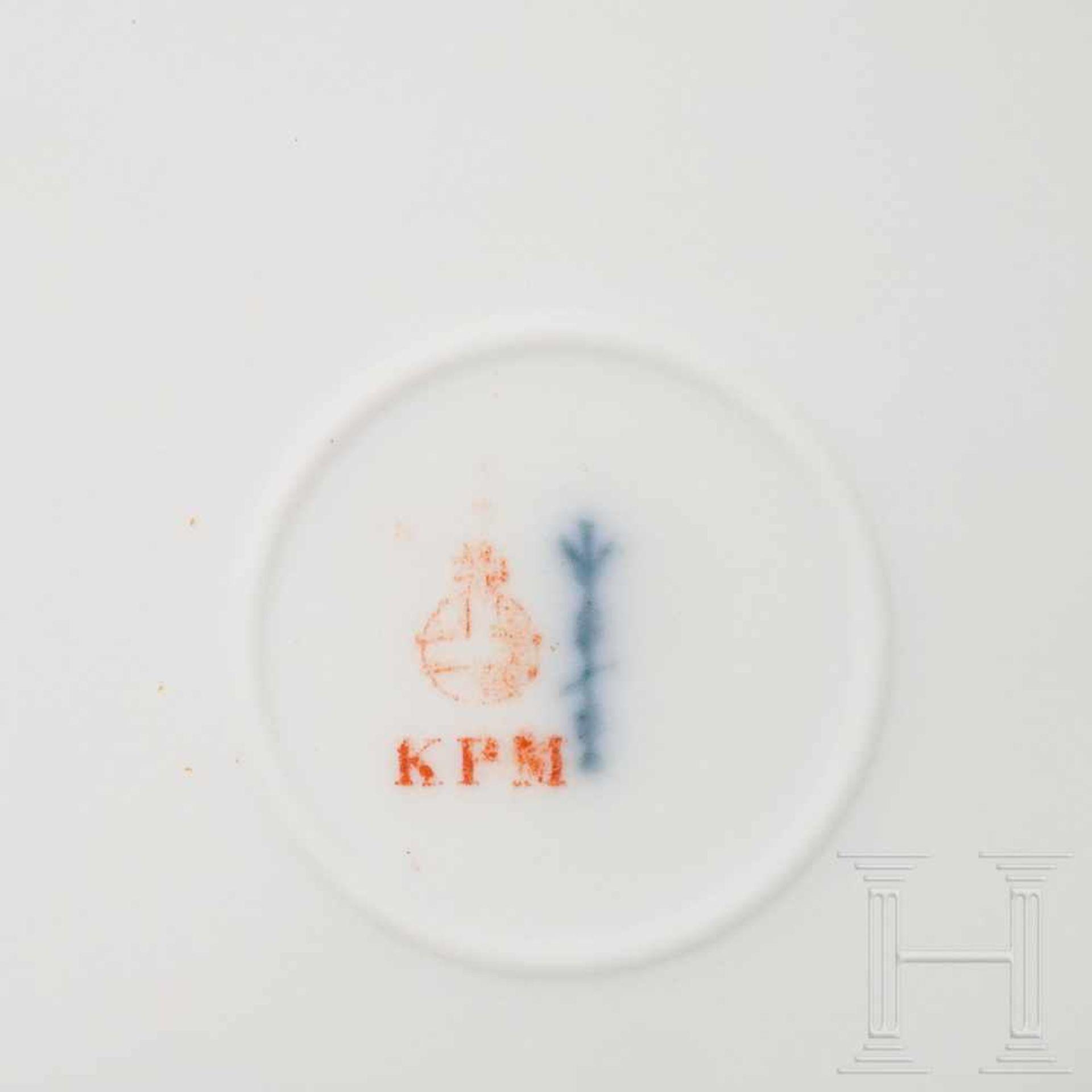 Los 6039 - Hermann Göring - two dinner plates from his KPM dining serviceWeißes, glasiertes Porzellan mit