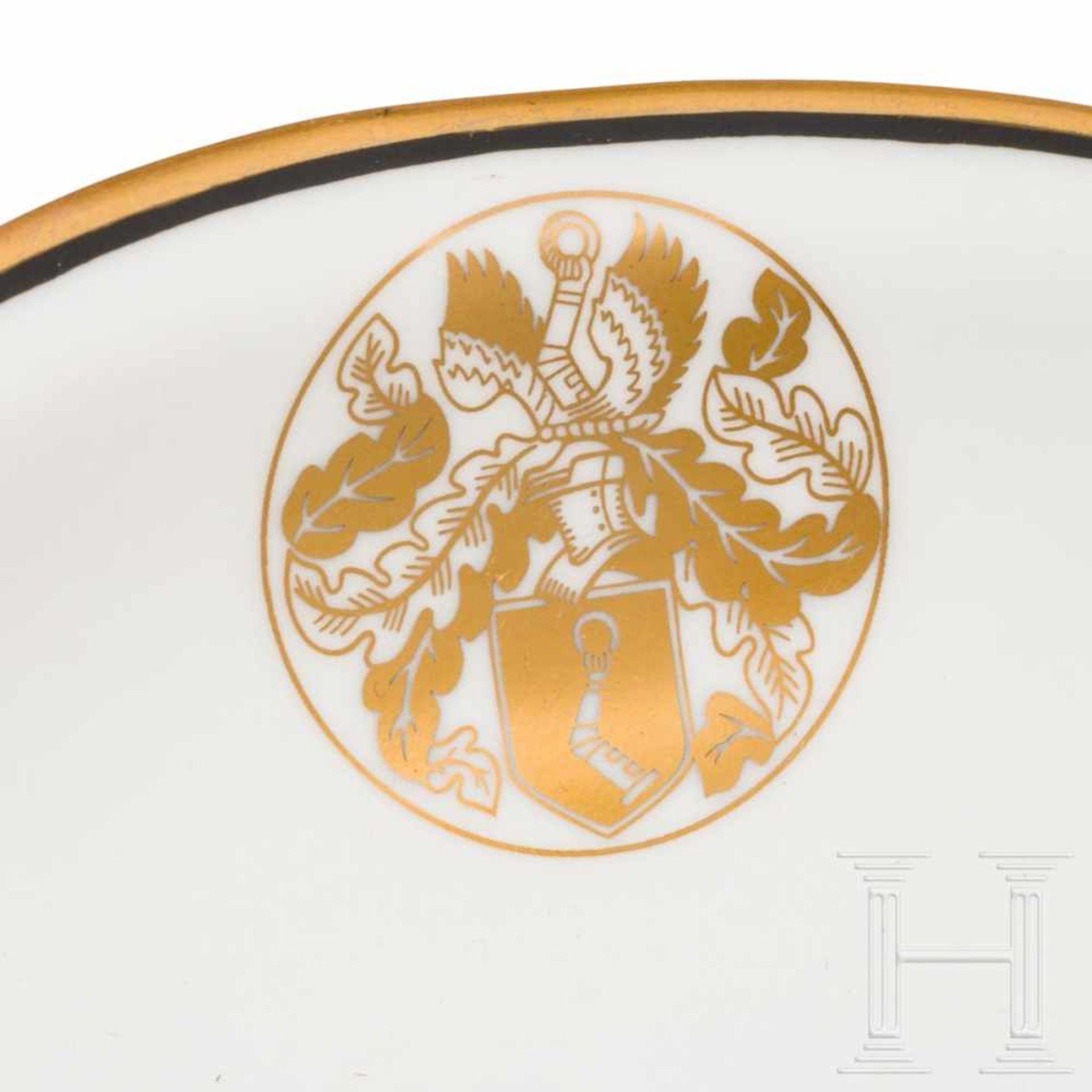 Los 6041 - Hermann Göring - a bowl from his KPM dining serviceWeißes, glasiertes Porzellan mit geschweiftem, in