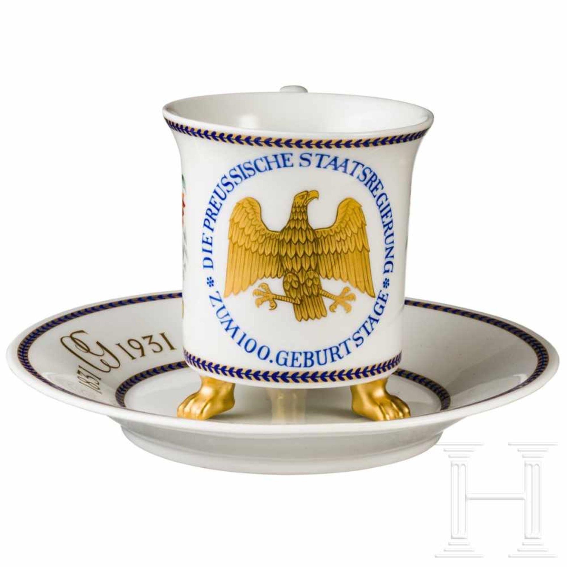 Los 6003 - KPM-Geschenktasse der preußischen Regierung zum 100. GeburtstagWeißes, glasiertes Porzellan mit