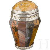 Riechdose aus Halbedelstein, Edinburgh, datiert 1853Facettierte Dose aus daubenförmig angeordneten