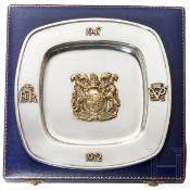 Silberner Andenkenteller anläßlich des 25-jährigen Hochzeitsjubiläums von Königin Elisabeth II.