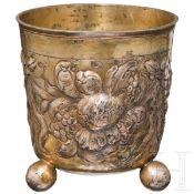 Vergoldeter Kugelfußbecher, Nürnberg, um 1690Teilvergoldeter, leicht konischer Becher auf drei