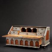 Hochfeines Tischkabinett, Vizapatagam, um 1740 - 1760Rosenholz, teilweise geschnitzt, und sehr