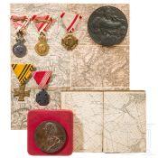 Zwei Medaillen, eine im Etui, fünf Auszeichnungen, zwei Landkarten, jew. k.u.k Österreich
