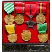 Sieben Abzeichen/Medaillen, Afghanistan, vor 1973, Deschler & Sohn, München, in Präsentationsbo
