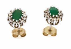 Smaragd-Brillant-Ohrstecker GG/WG 585/000 mit je einem oval fac. Smaragd 5 x 3 mm und je12