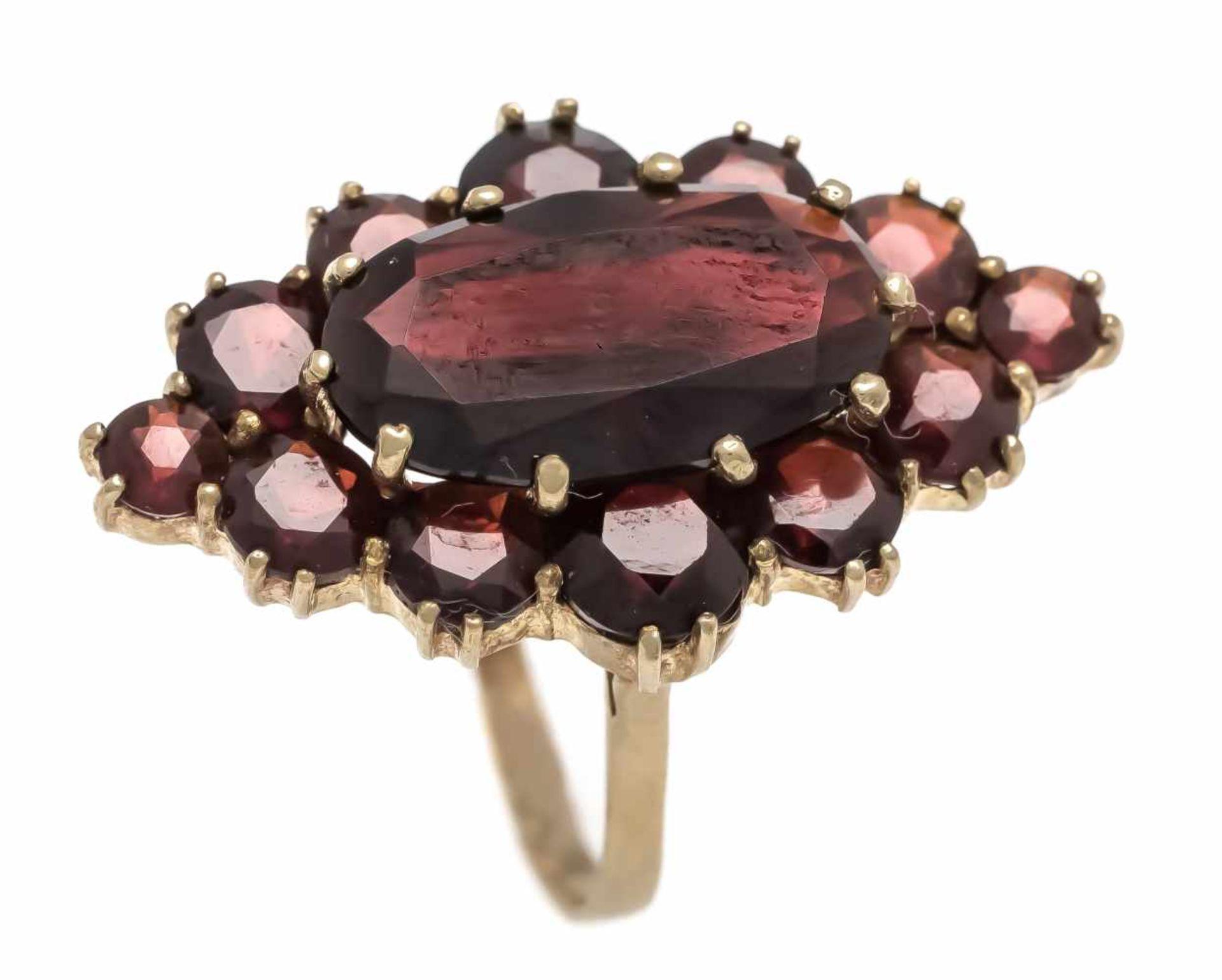 Granat-Ring GG 333/000 mit rund 5 - 3 mm und einem ovalen 14 x 8,5 mm fac. dunklenGranaten, RG 54,