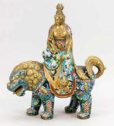 Guanyin auf Fo-Löwe reitend, China, Ende 19. Jh., Bronze und polychromer Zellenschmelz. Bestehend aus 2 Teilen (Figur wird in den Rücken des Löwen gesteckt), leicht ber. & best., H. 50 cm