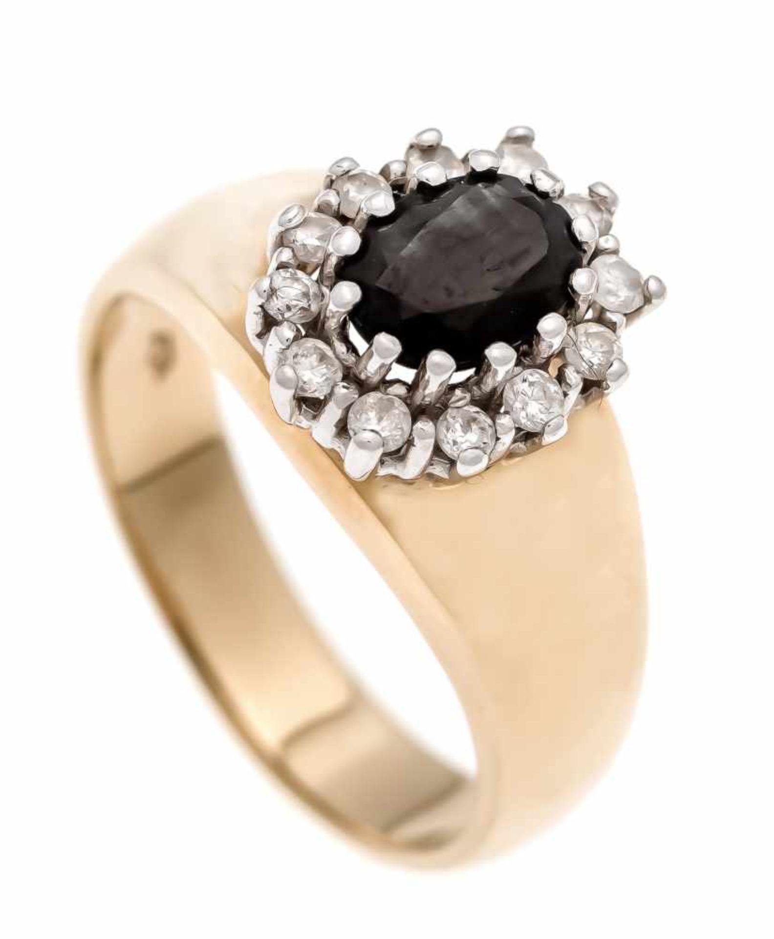 Saphir-Brillant-Ring GG/WG 585/000 mit einem oval fac. Saphir 7 x 5 mm und 12 Brillanten,zus. 0,20