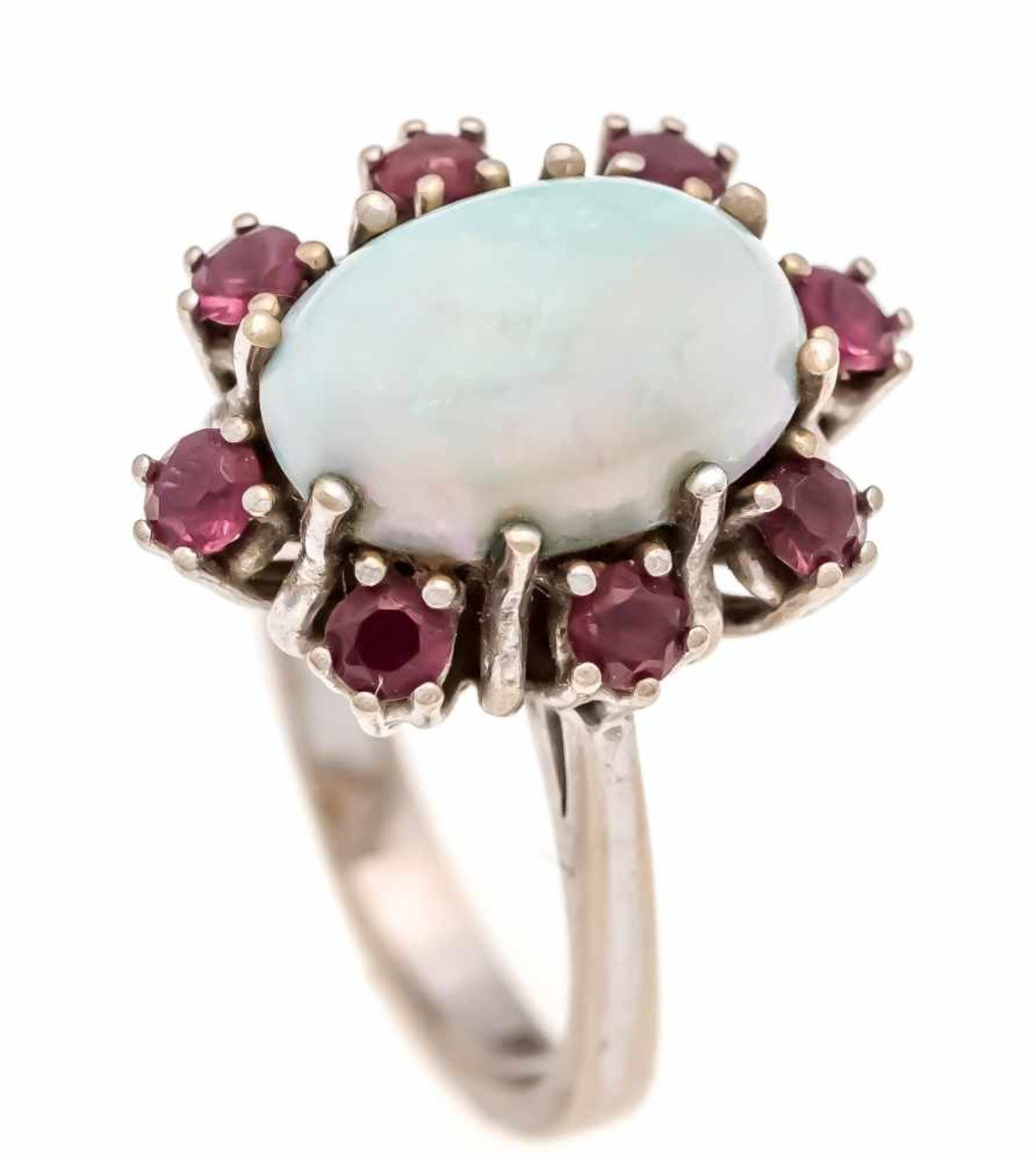 Opal-Rubin-Ring WG 585/000 mit einem ovalen Milchopalcabochon 13 x 9 mm mit gutemFarbenspiel und 8