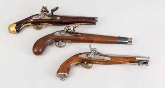 2 Steinschloss- und eine Perkussionspistole, 19./20. Jh., alle mit durchgängigen