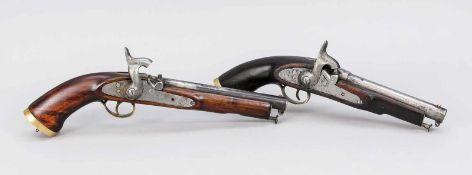 2 Perkussionspistolen gleicher Marke, 19. Jh. Schaft aus dunklem Holz. Schloss und Lauf