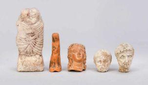 5 figürliche Grabungsfunde, wohl spätrömisch, Terracotta. 3 kleine Köpfe (D. bis 4,5 cm),