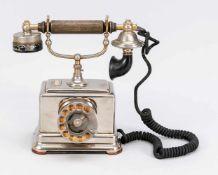 Historisches Telefon, Ende 19. Jh., verchromter Eisenkorpus, Höhrer mit geriffeltem