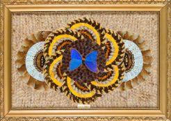 Bild aus Schmetterlingsflügeln, Brasilien, 1. H. 20. Jh. Im Zentrum ein großes blaues