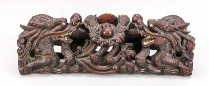 Große Holzschnitzerei, China, um 1900. Durchbrochen gearbeitete Darstellung mit 2 sich