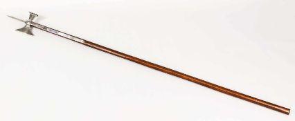 Hellebarde (Replika, tschechische Manufaktur), 20. Jh., Schaft aus dunklem Hartholz, alle