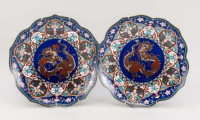 Paar Cloisonné-Teller mit Drachendekor, Japan, Ende 19./Anfang 20. Jh., polychromer