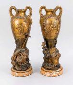 Paar Amphorenvasen, Ende 19. Jh., bronzierter Metallguss auf runder Steinplinthe mit