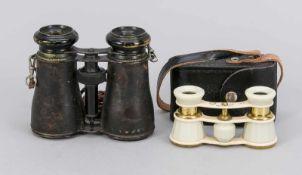 2 Operngläser, 1 x 19. Jh., mit stärkeren Gebrauchsspuren (10 x 10 x 4 cm), 1 x 20. Jh.,