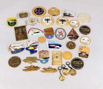 Ca. 35 Plaketten/Abzeichen/Anhänger, 20. Jh., Metall und Emaille. ADAC Jubiläum,