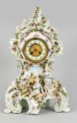Tischuhr, w. Thüringen, 20. Jh., Rokoko Form, reich besetzt mit plastsichen Blüten und