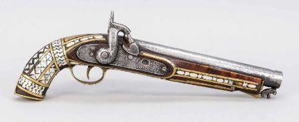 Perkussionspistole, arabisch, 19. Jh. Schaft aus dunklem Holz mit geometrischen