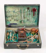 Koffer mit medizinischem Gerät, Deutschland, wohl um 1920. Mit grünem Samt ausgeschlagener