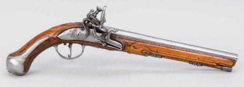 Große Steinschlosspistole, 18. Jh. Schaft aus dunklem Holz, ornamental beschnitzt. Lauf,