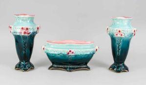 Jugendstil-Garnitur, 3-tlg., Anf. 20. Jh., floraler Reliefdekor, farbig glasiert, 1