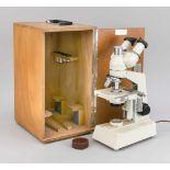 Mikroskop mit Transportbox, Deutschland, 2. H. 20. Jh. Auf einer eingelassenen Plakette