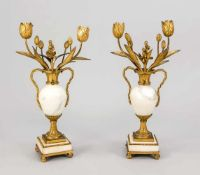 Paar Beisteller, 18. Jh., Marmor, Bronze, Feuer-vergoldet. Quadratisches Marmorpostament