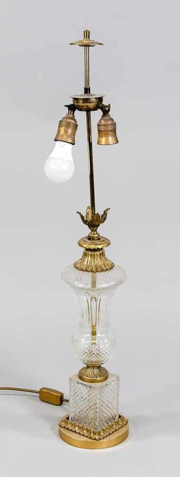 Lampenfuß, Mitte 20. Jh. Runder Messingsockel, Glaspostament mit Diamantschliff, darauf