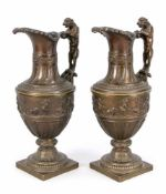 Paar Prunk-Amphorenvasen, Ende 19. Jh., Bronze. Im klassizistischen Stil mit quadratischer