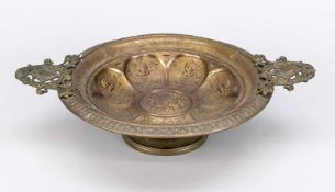 Fußschale, Ende 19. Jh., Messing. Spiegel und Lippenrand in Relief ornamentiert,