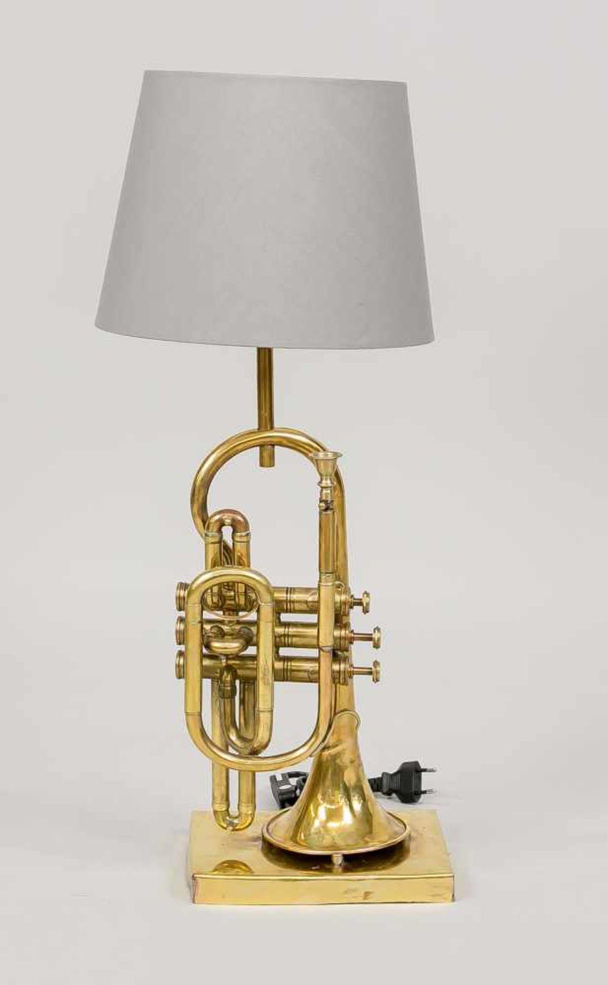 Trompeten-Lampe, 20. Jh. (Mariage). Rechteckiger Sockel mit Messingblech verkleidet.