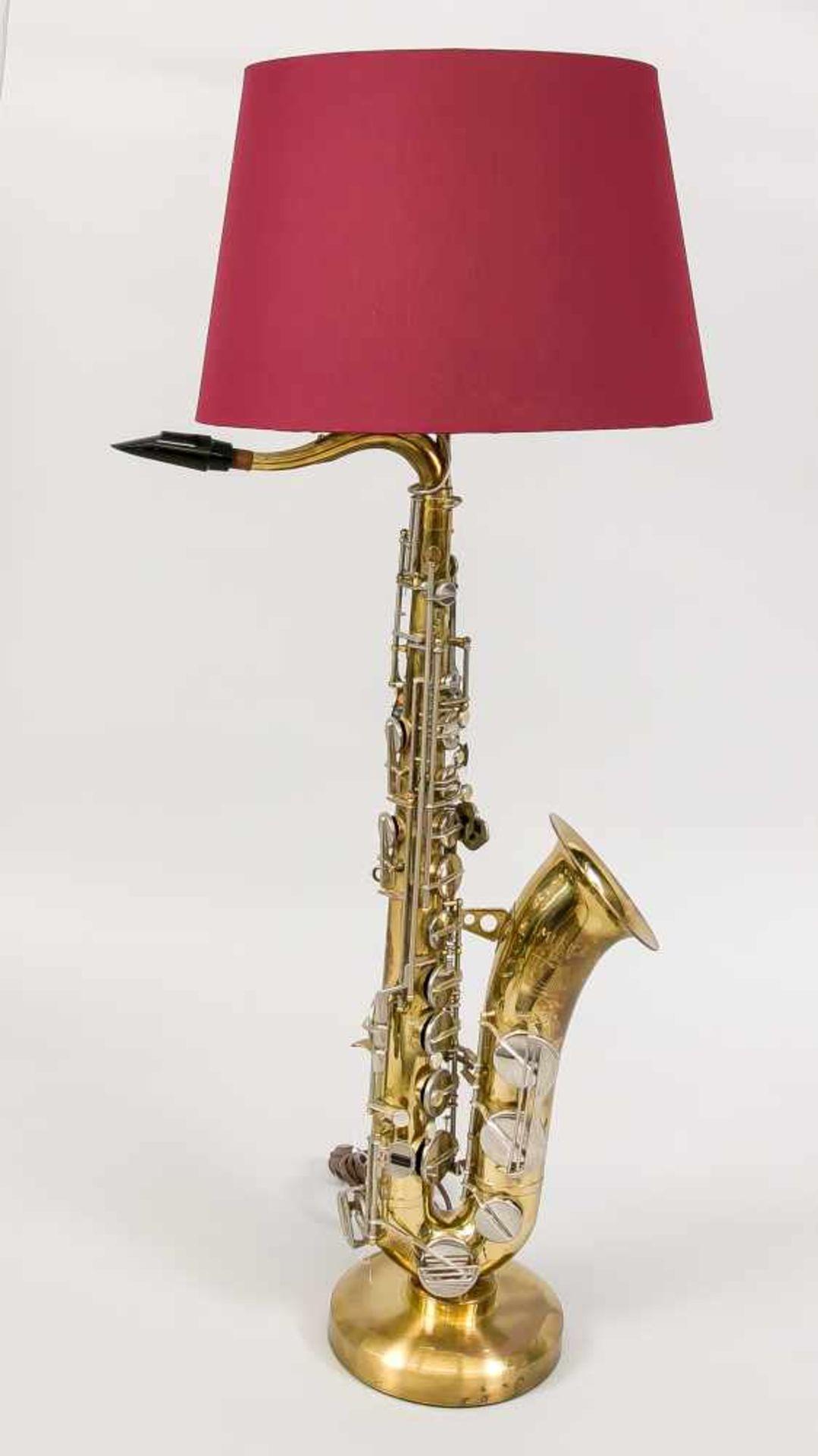 Tenorsaxophon-Lampe, 20. Jh. (Mariage). Runder Messingsockel, darauf stehend ein Saxophon