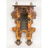 Konsole im orientalischen Stil, Ende 19. Jh., Eiche, partiell ebonisiert. Perlmutt- und