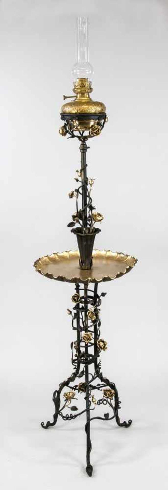 Standpetroleumlampe, um 1900, Eisen, schwarz und partiell Gold staffiert. Dreigliederiges