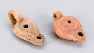 2 Öllampen, wohl spätrömisch, Terracotta. Beide leicht reliefiert, best. & ber., D. bis 11