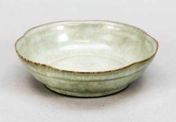 Kleine, gelappte Schale im Stil von Guan-Ware, wohl 19. Jh., unglasierter Fußring.