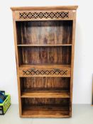 A HARDWOOD RUSTIC FULL HEIGHT BOOKSHELF WITH SINGLE DRAWER (SIZE APPROX HEIGHT 73 INCH,