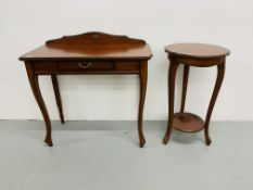 A REPRODUCTION SINGLE DRAWER SIDE TABLE WIDTH 85cm HEIGHT 74cm AND TWO TIER LAMP/PLANT STAND OF