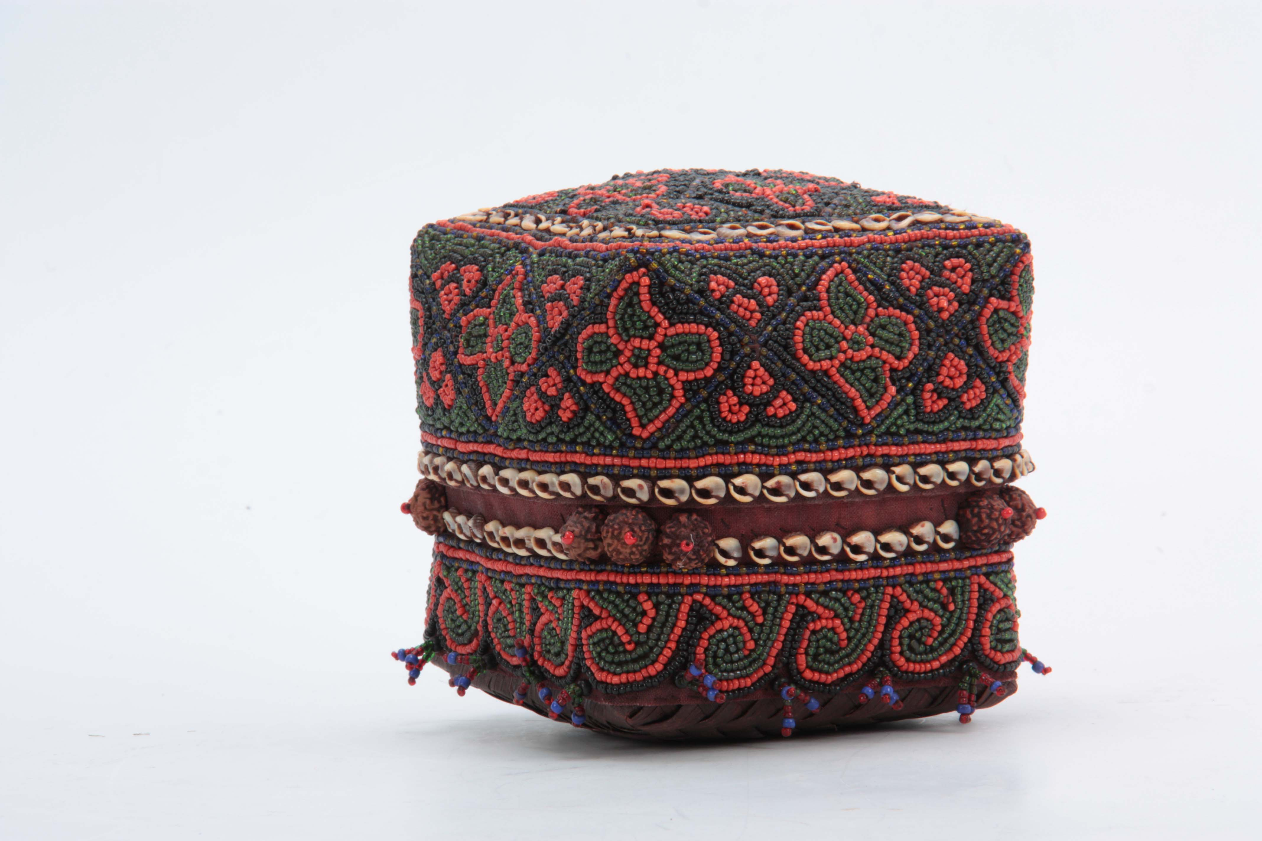 Lot 507 - A 20TH CENTURY INDONESIAN BEADED BETELNUT BOX constructed with weaved pandanus leaves with flower