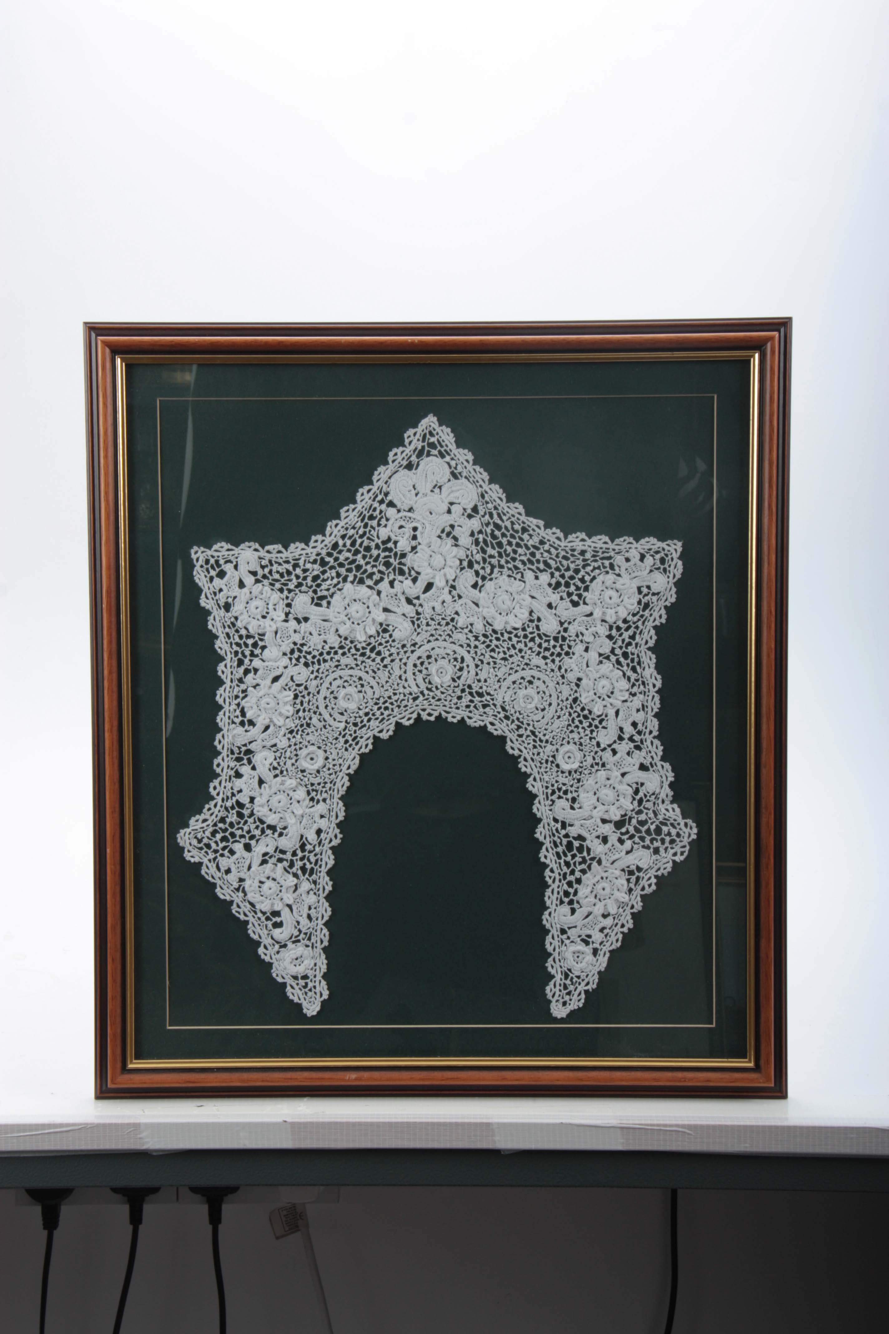Lot 618 - A LATE 19TH CENTURY FRAMED IRISH LACEWORK COLLAR in a moulded frame, the frame is 43cm wide, 48cm