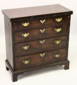 A GOOD GEORGE III MAHOGANY BACHELORS CHEST, with folding top, four graduated long drawers with brass