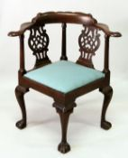 A VERY GOOD 18TH CENTURY MAHOGANY CORNER ARMCHAIR, possibly American/ Philadelphia, with a shaped