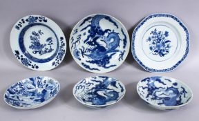 A MIXED LOT OF 18TH / 19TH CENTURY - 6 X CHINESE BLUE & WHITE PORCELAIN PLATES / DISHES, with some