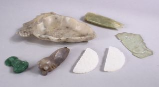 A MIXED LOT OF SEVEN 19TH / 20TH CENTURY CHINESE CARVED JADE / HARD STONE ITEMS, comprising a carved