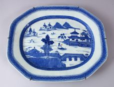 A LARGE 18TH CENTURY CHINESE BLUE & WHITE PORCELAIN SERVING DISH, decorated with typical qianlong